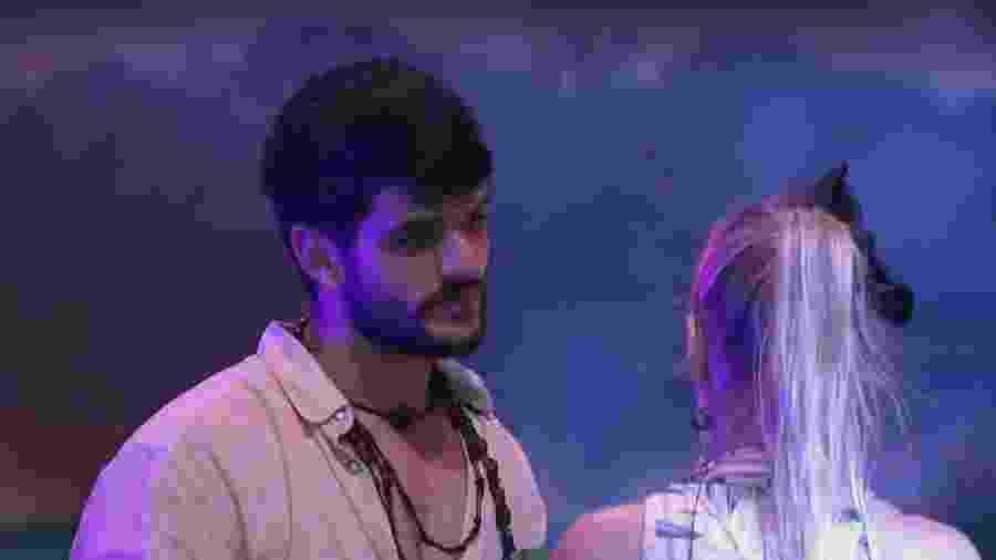 Lucas e Jéssica conversam durante festa  - Reprodução/Tv Globo