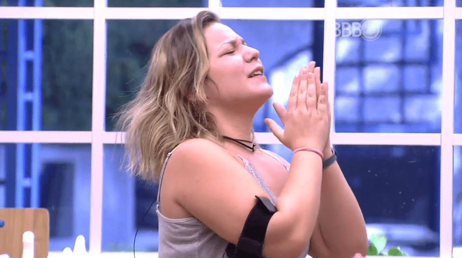 4.abr.2016 - Maria Claudia acorda e canta música gospel de Mara Maravilha