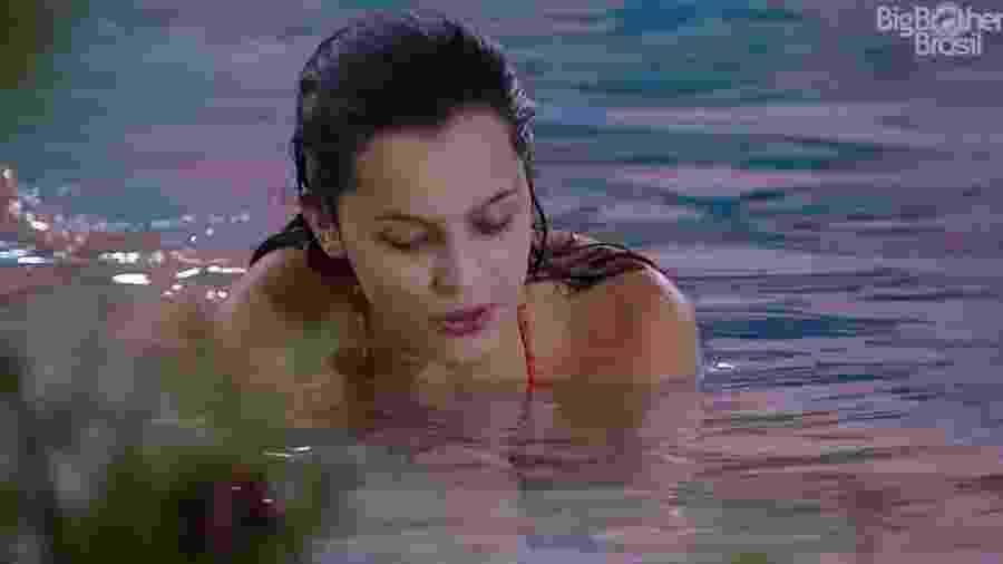 Emilly tenta curar crise de choro com um mergulho na piscina - Reprodução/TV Globo