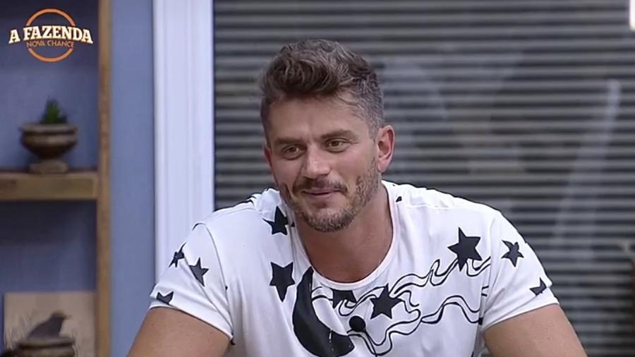 """Se ganhar """"A Fazenda"""", Marcos Harter diz que fará cirurgia plástica de graça em Monique e Aritana - Reprodução/R7"""
