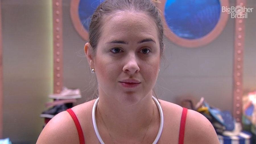 """Patrícia se maquiando no quarto submarino do """"BBB18"""" - Reprodução/GloboPlay"""