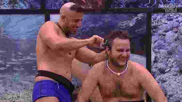 Kaysar corta cabelo de Diego - Reprodução/GloboPlay - Reprodução/GloboPlay