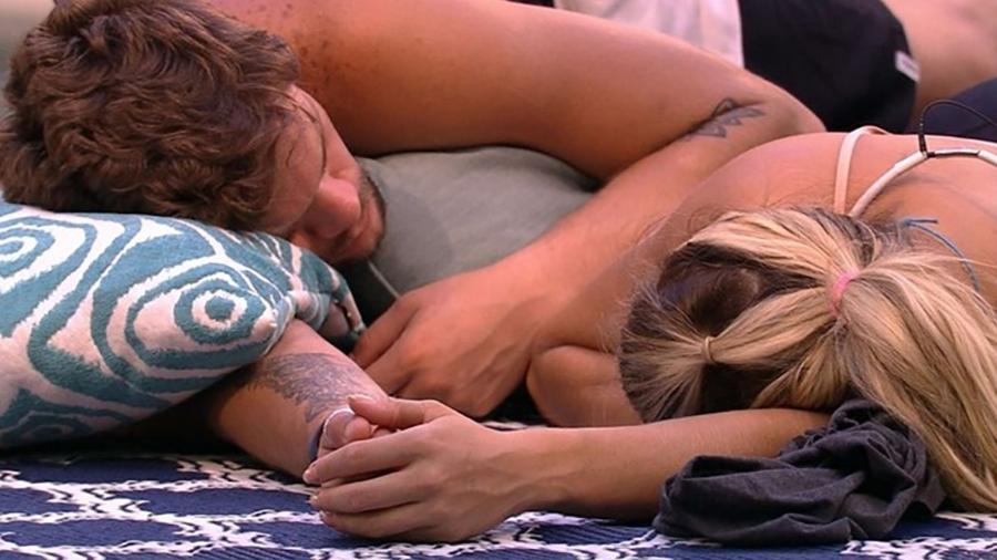 Breno dorme de mãos dadas com Jaqueline - Reprodução/Globoplay