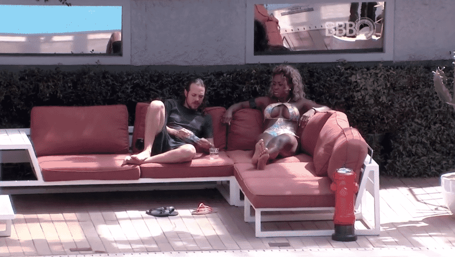 26.fev.2016 - Adélia e Tamiel conversam sobre a formação do próximo paredão - Reprodução/TV Globo