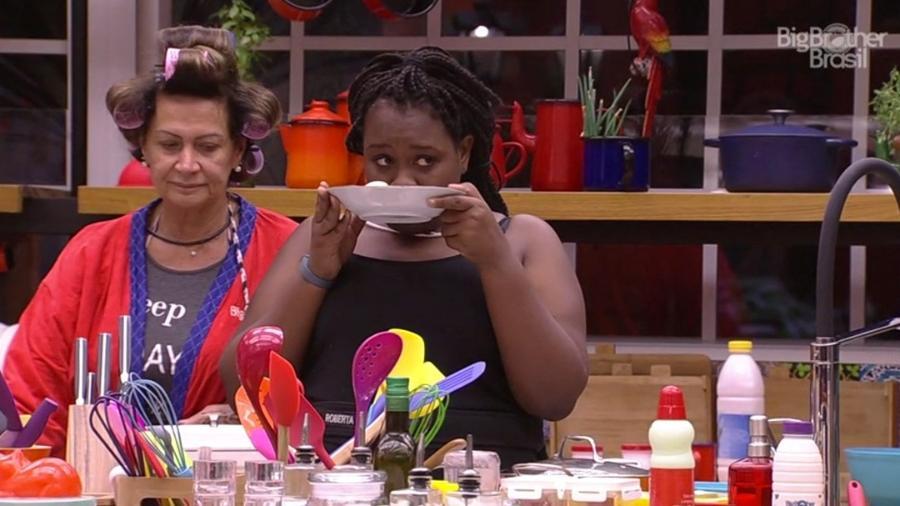 Roberta cheira receita que Ieda está cozinhando - Reprodução/TV Globo