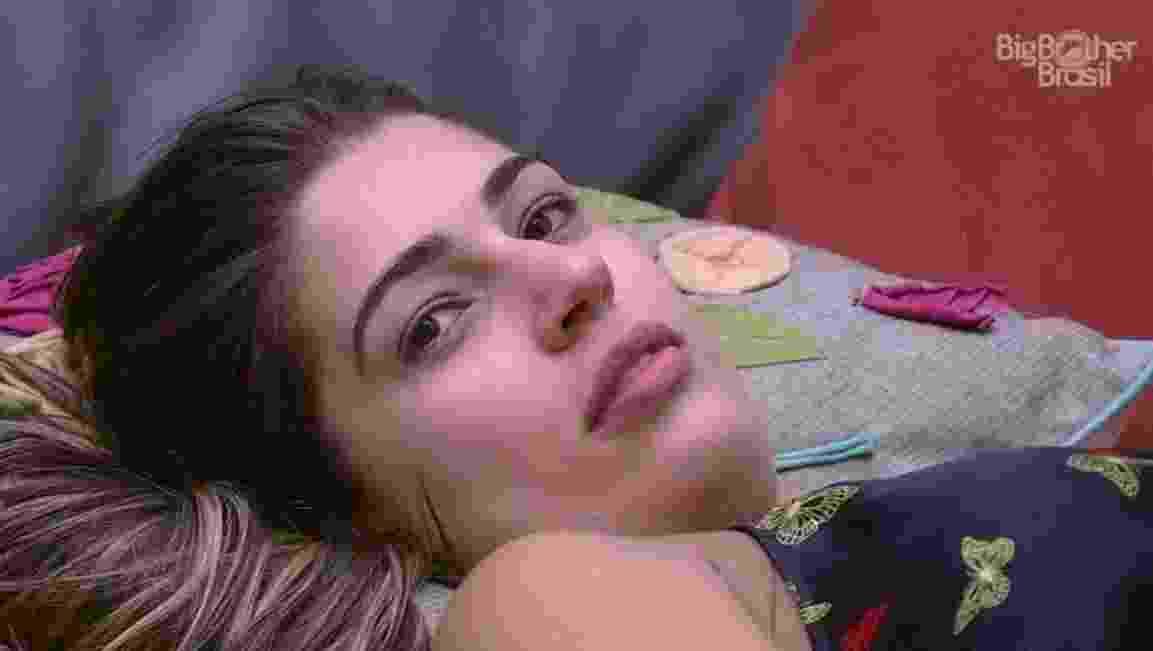 Vivian acusa Roberta de não estar feliz por ela tem ganho o colar do anjo - Reprodução/TVGlobo