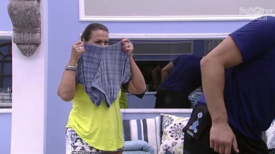Ieda cheira cueca de Rômulo - Reprodução/Tv Globo