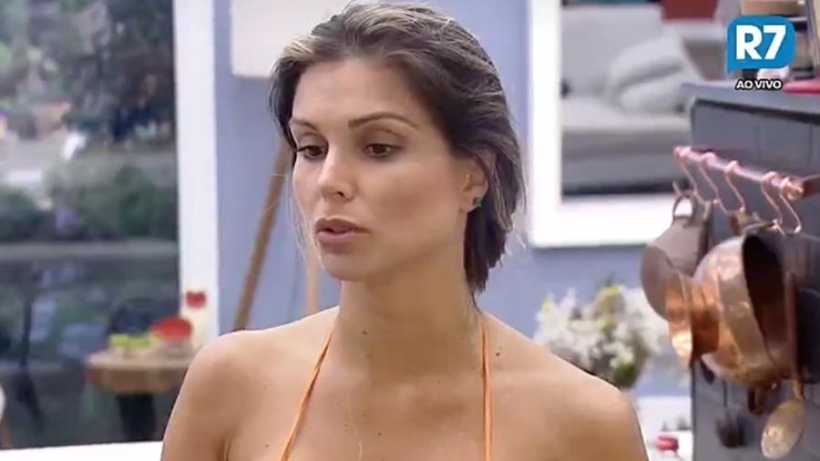 Flávia Viana diz que não bota a sua mão no fogo por Dinei e Marcos - Reprodução/R7