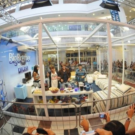 Eliminados do BBB 11 entram na casa de vidro em shopping no Rio  - André Durão/UOL
