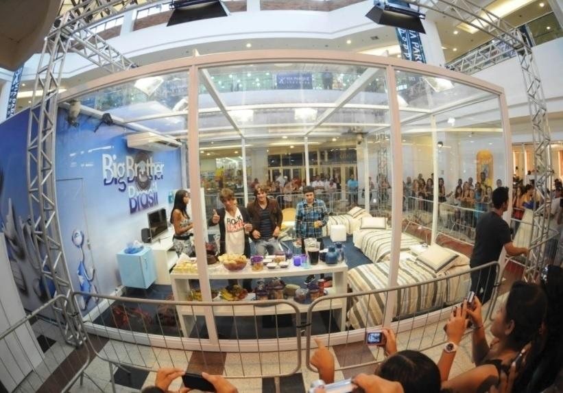 Eliminados do BBB 11 entram na casa de vidro em shopping no Rio (3/2/2011)