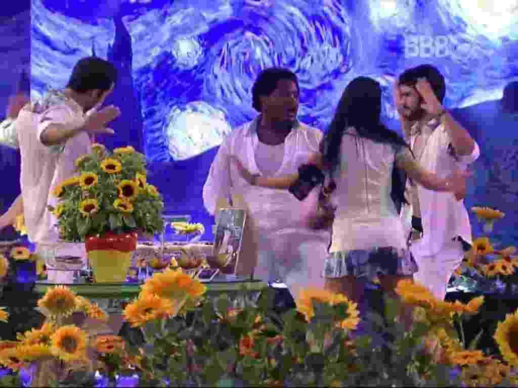 19.mar.2016 - Brothers curtem festa Van Gogh dançando e assediando o falso brother - Reprodução/TV Globo