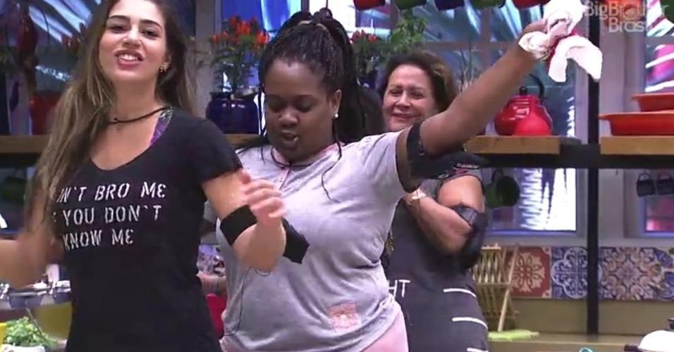 Sisters cantam e dançam na cozinha