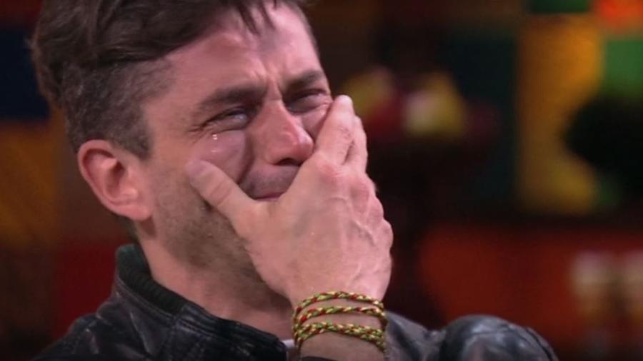 Marcos vai às lágrimas ao ver vídeo com declaração de familiares - Reprodução/TVGlobo