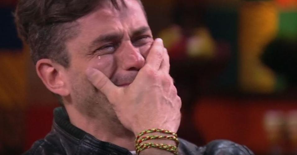 Marcos vai às lágrimas ao ver vídeo com declaração de familiares