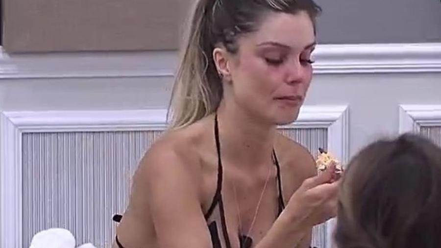 Flávia chora e é consolada por Nicole Bahls - Reprodução/R7