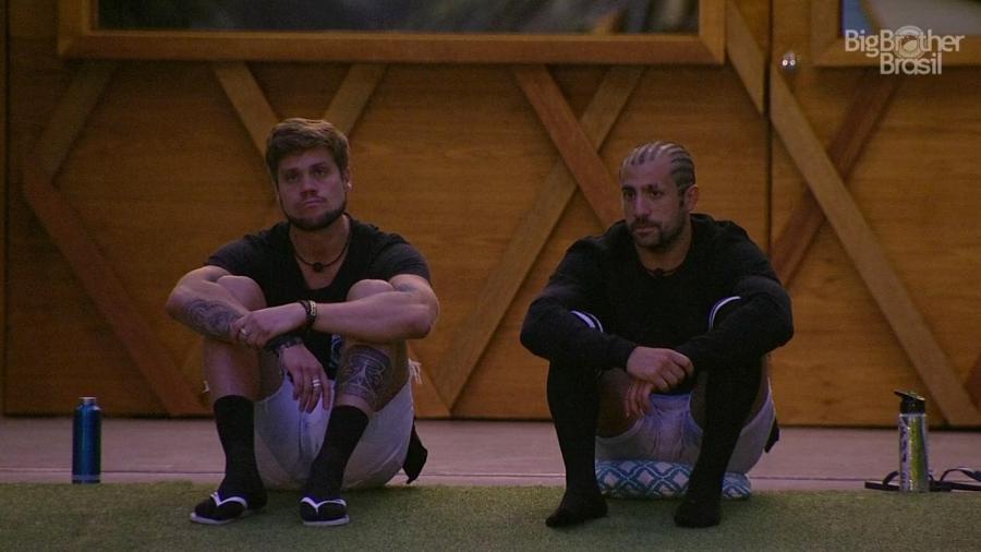 Breno e Kaysar conversam na área externa da casa  - Reprodução/GloboPlay