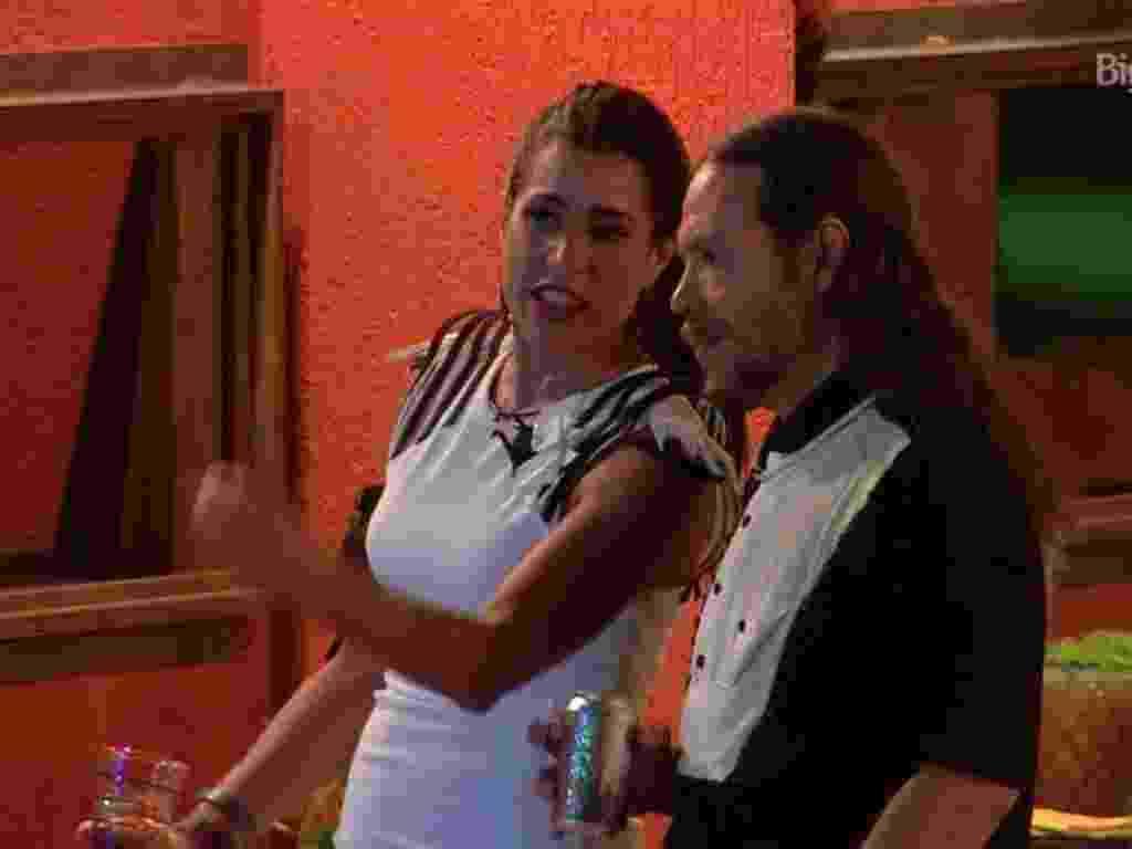 6.fev.2016 - Tamiel e Juliana falam sobre o relacionamento de Maria Claudia  e Matheus - Reprodução/TV Globo