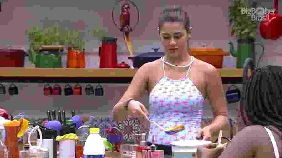 """Vivian conversa com Roberta na cozinha do """"BBB17"""" - Reprodução/TV Globo"""