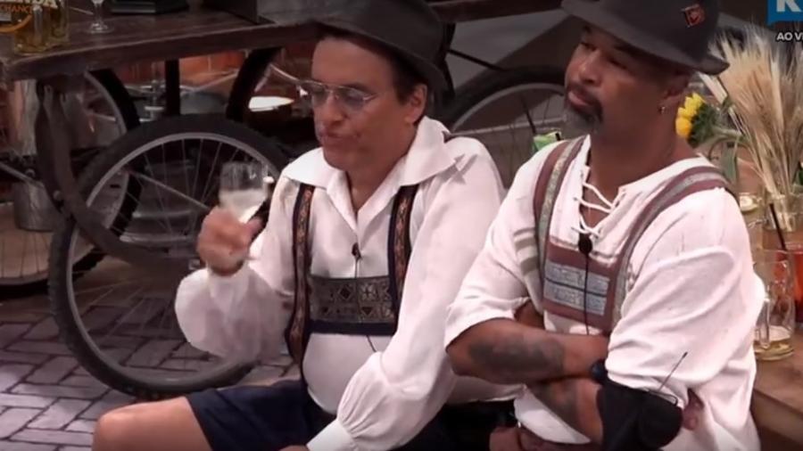 Dinei e Conrado conversam durante festa - Reprodução/R7