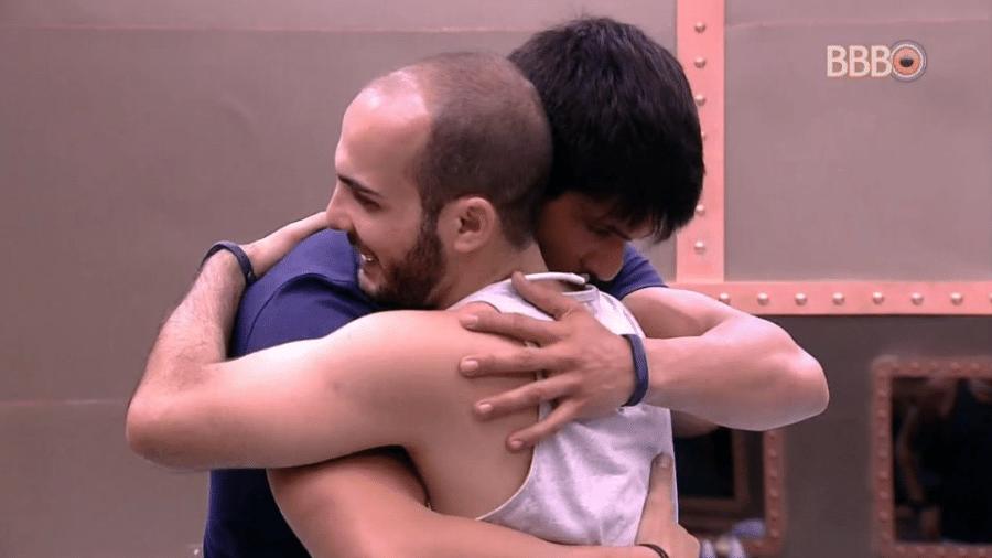 Lucas e Mahmoud se abraçam após conversa  - Reprodução/GloboPlay