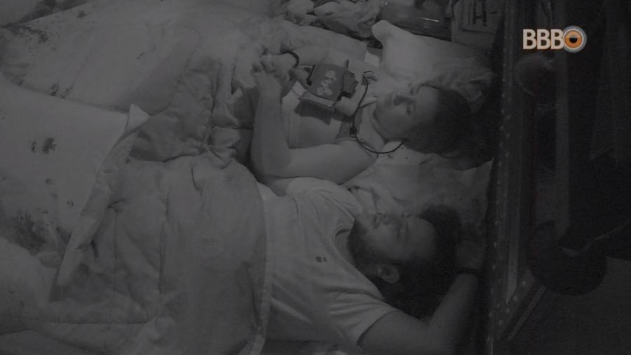 Patrícia e Diego conversam antes de dormir - Reprodução/GlobosatPlay