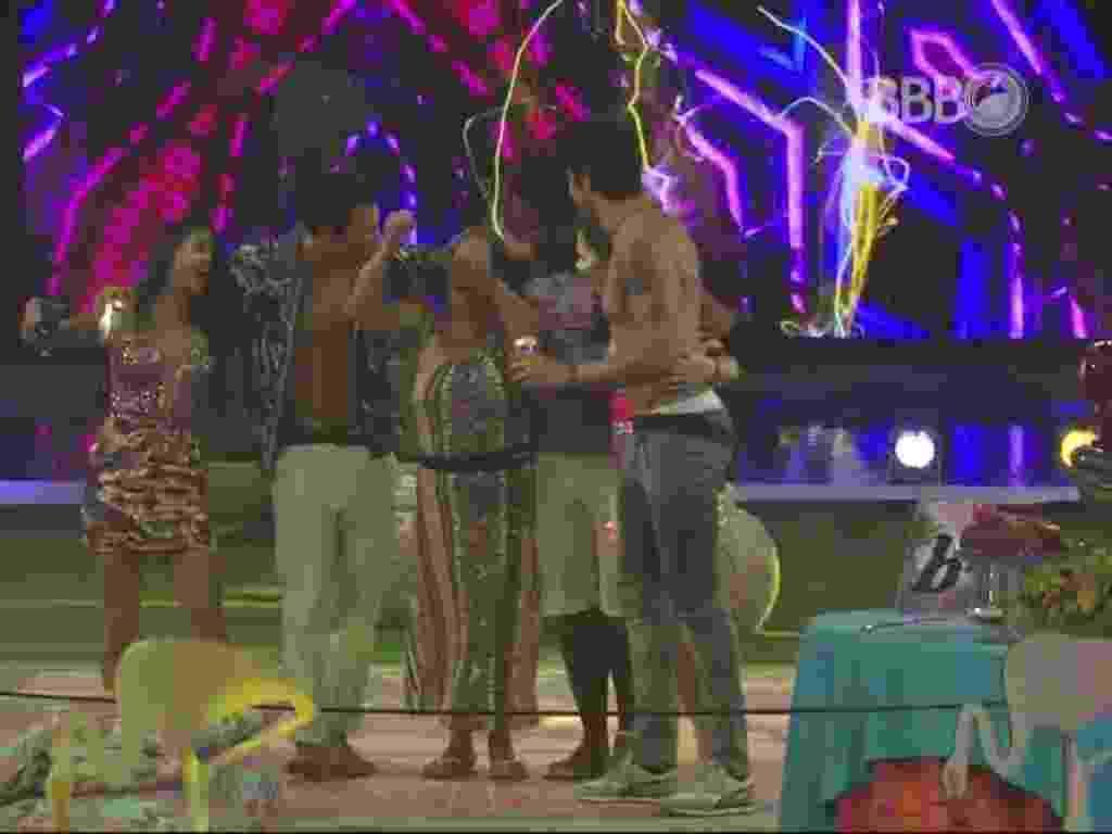 """12.mar.2016 - Brothers se abraçam e dançam juntos na pista da festa """"Miami"""" - Reprodução/TV Globo"""