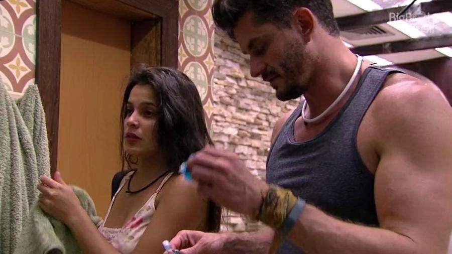 Marcos e Emilly discutem o cotidiano do relacionamento - Reprodução/TV Globo