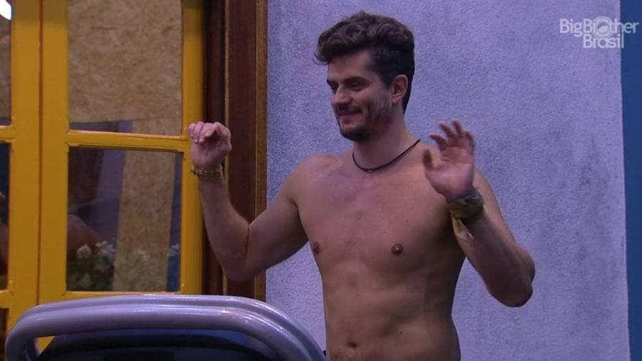 """Marcos canta para Emilly: """"Perto de papai você é santinha"""" - Reprodução/TVGlobo"""