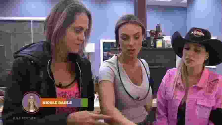 Aritana irrita os peões na cozinha - Reprodução/R7