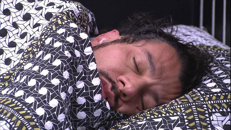 Rômulo segue dormindo mesmo depois de despertar tardio - Reprodução/TVGlobo