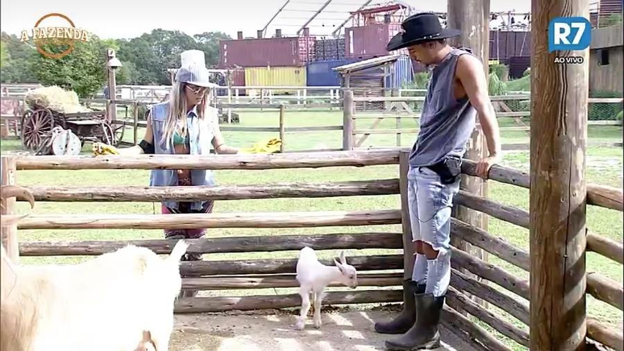"""Matheus e Flávia cuidam das cabras em """"A Fazenda"""" - Reprodução/R7"""
