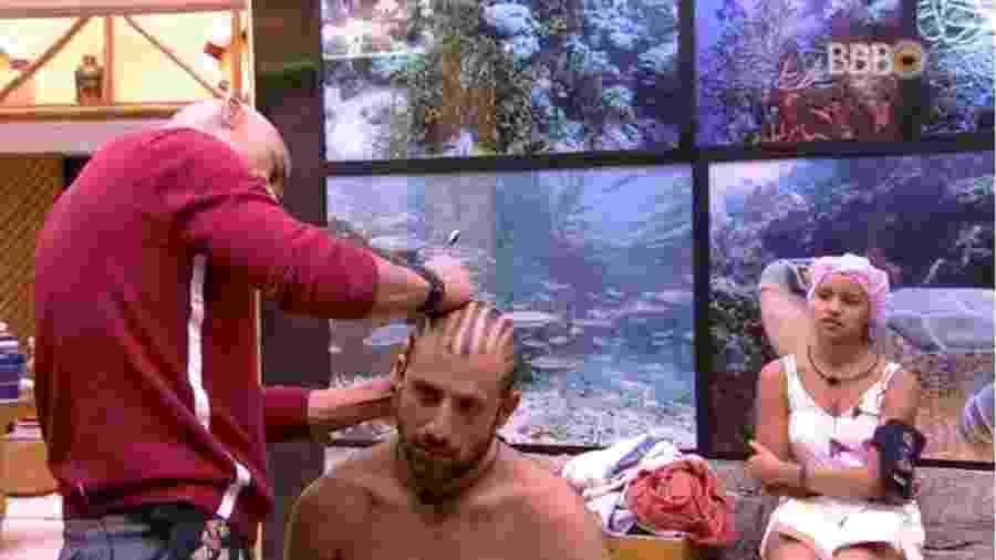 Gleici observa Ayrton cortar o cabelo de Kaysar - Reprodução/GlobosatPlay