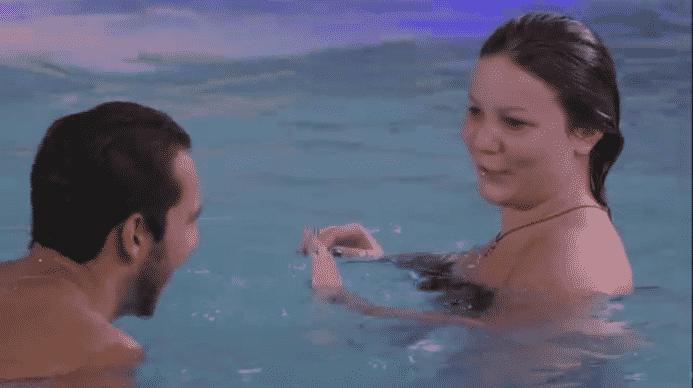 """22.mar.2016 - Enquanto curtiam a piscina do reality, Matheus diz que Ronan é o maior corno manso do """"BBB16"""" e Cacau reage: """"Depois eu"""" - Reprodução/TV Globo"""