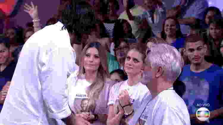 Ilmar abraça pai de Marcos - Reprodução/TV Globo - Reprodução/TV Globo