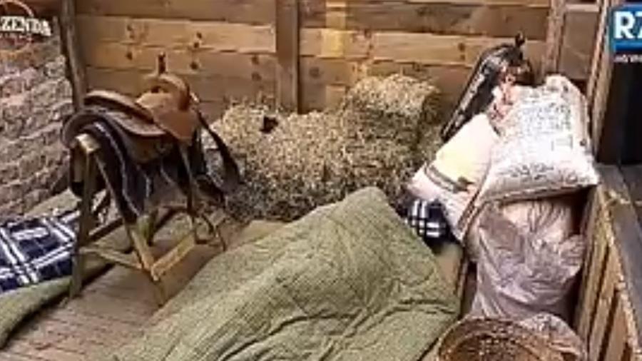 Ana paula Minerato e Marcos no edredom da baia - Reprodução/R7