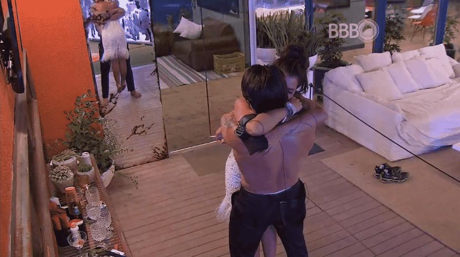 11.fev.2016 - Juliana pede abraço para Renan e beija pescoço do brother - Reprodução/TV Globo