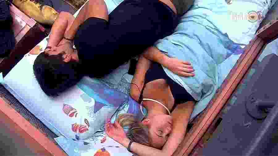 Lucas deita ao lado de Jéssica no quarto submarino - Reprodução/GloboPlay