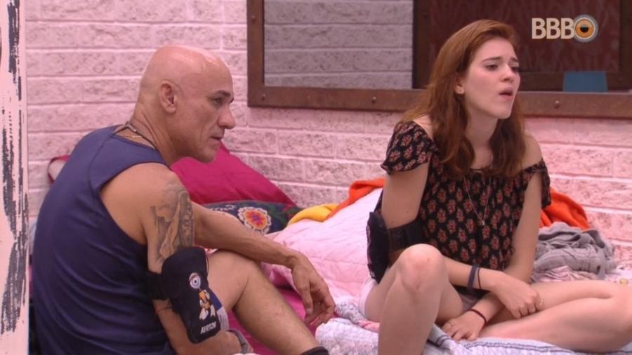 Ana Clara se arruma ao lado da família - Reprodução/Globoplay