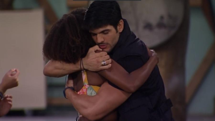 Lucas e Nayara se abraçam antes do paredão - Reprodução/Globoplay