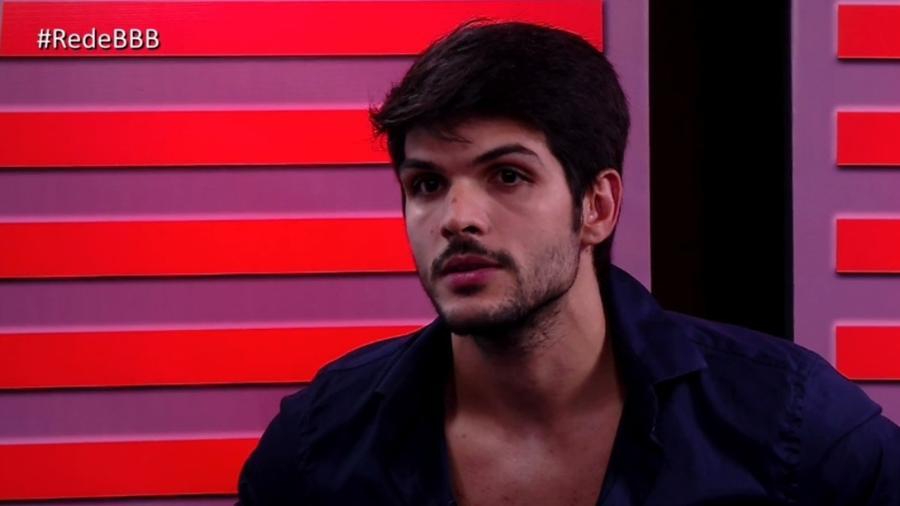 """Lucas é entrevistado no programa """"RedeBBB"""" após deixar o reality  - Reprodução/Gshow"""