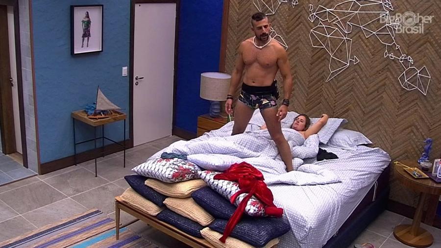 Kaysar dança para Patrícia no quarto do líder  - Reprodução/GloboPlay