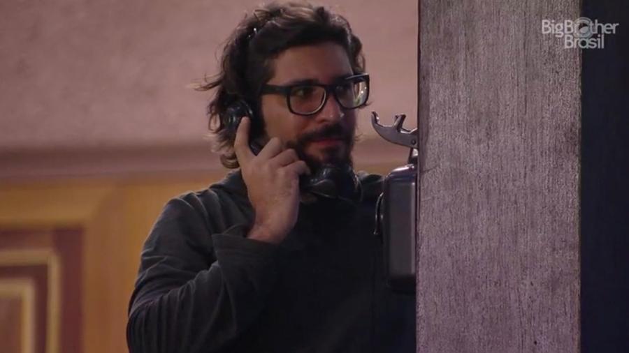 Ilmar acha que ouviu o Big Fone tocar e atende o aparelho - Reprodução/TV Globo