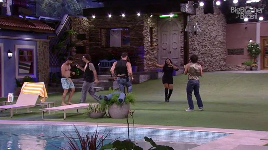 Elis dança com os brothers em festa na área externa da casa - Reprodução/TV Globo