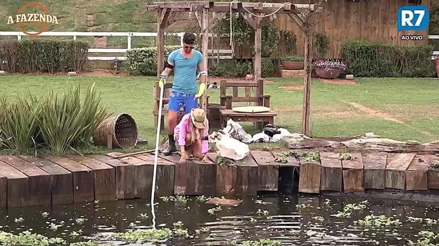 Flávia e Marcelo limpam o lago da sede - Reprodução/R7