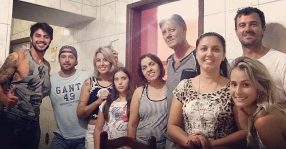 28.mar.2016 - Renan comemora aniversário do pai ao lado da namorada, Cinthia Mayumi (a primeira mulher da direita para a esquerda).