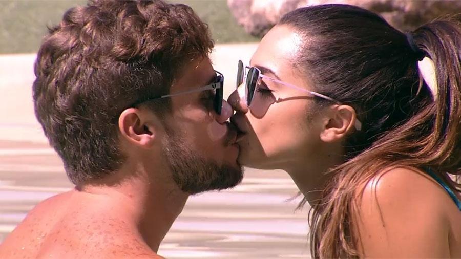 Breno e Paula se beijam na piscina - Reprodução/GloboPlay