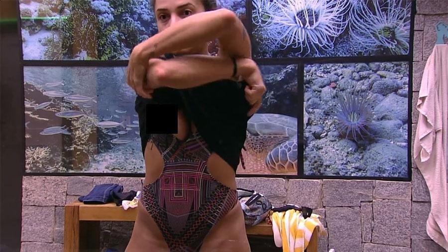 Paula se descuida ao trocar de roupa - Reprodução/GloboPlay