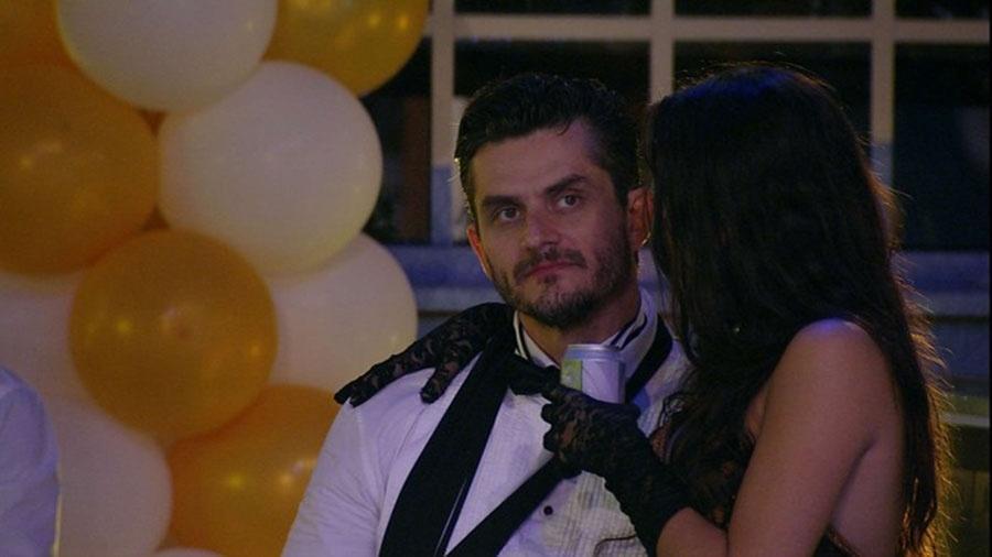 Marcos tenta convencer Emilly a retomar amizade com Ilmar, mas sem êxito - Reprodução/TVGlobo
