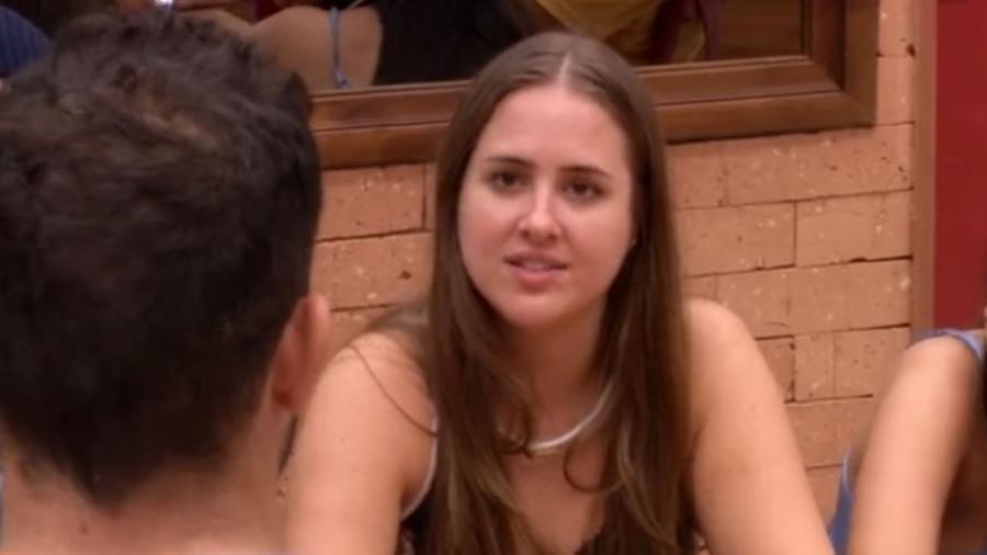 A sister Patrícia participa de brincadeira na cozinha - Reprodução/GloboPlay
