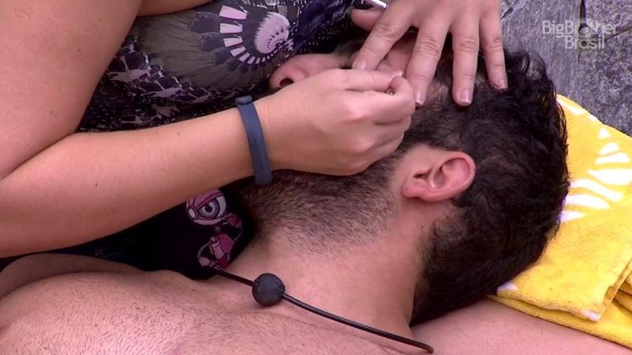 "Patrícia ajuda Kaysar a fazer as sobrancelhas no ""BBB18"" - Reprodução/GloboPlay"